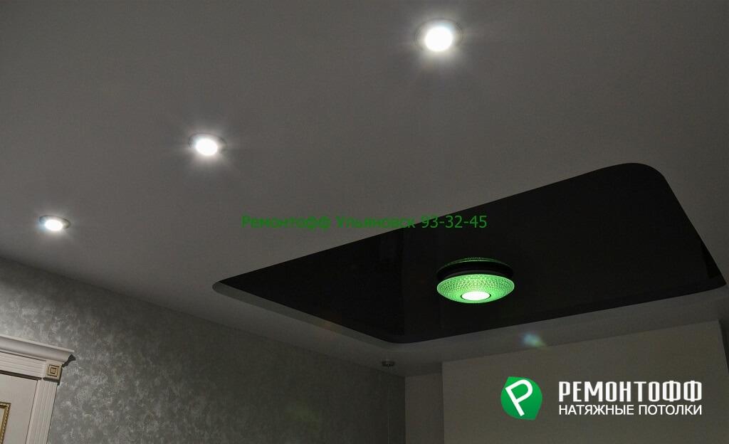 Двухуровневый натяжной потолок с люстрой меняющая цвет освещения на зеленый.