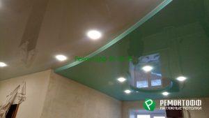 Зеленый глянцевый натяжной потолок.