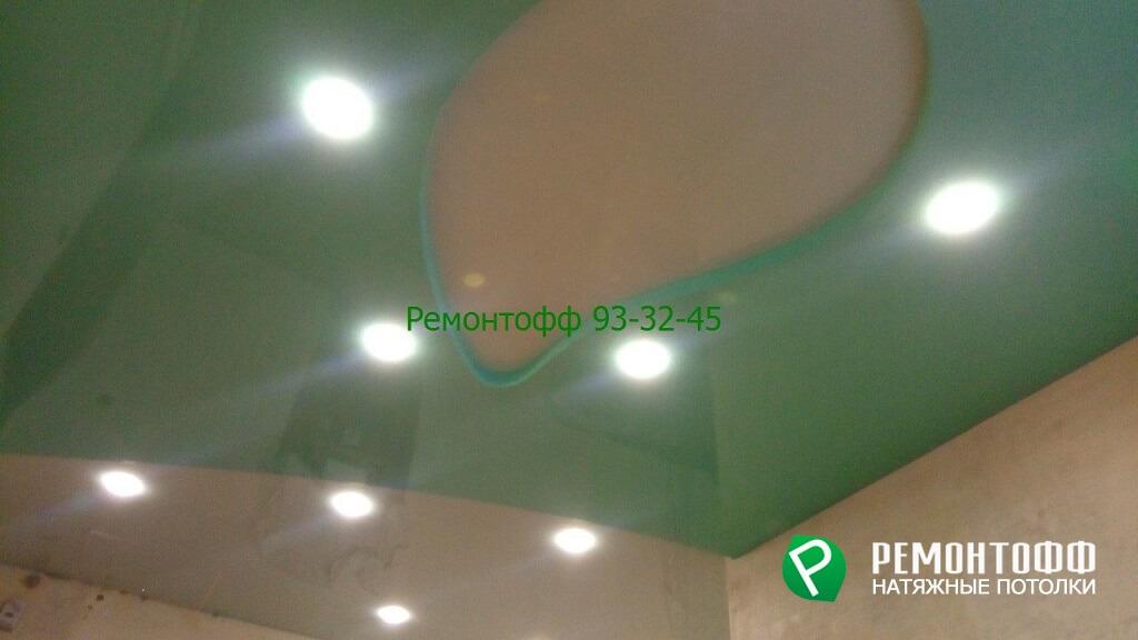Зеленый глянцевый натяжной потолок в Ульяновске прихожая