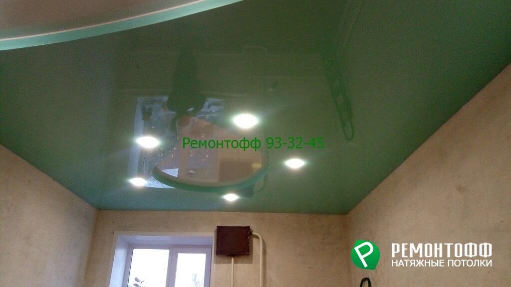 Зеленый глянцевый натяжной потолок в Ульяновске коридор двухуровневый натяжной потолок