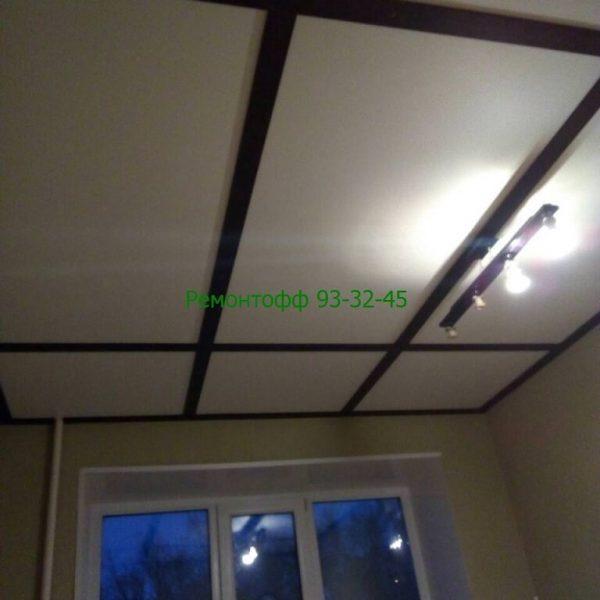 Белый матовый натяжной потолок оригинального стиля. с окантовкой труб.