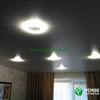 Матовый натяжной потолок с точечными светильниками в городе Ульяновск.
