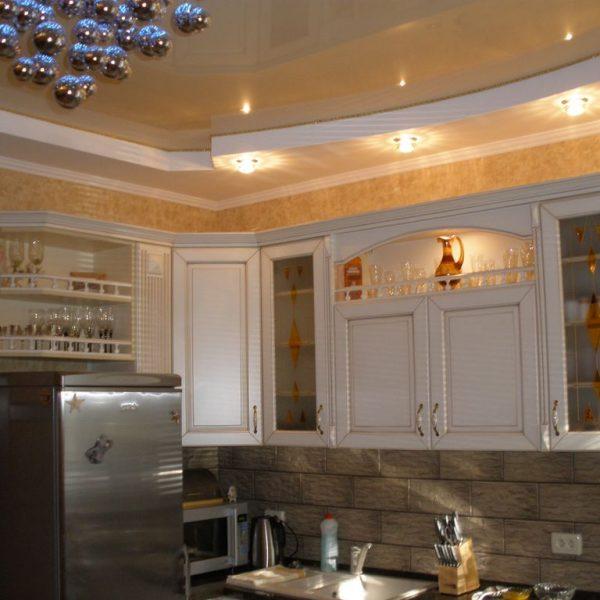 Натяжные потолки на кухне стоимость от производителя Ремонтофф. Натяжные потолки в Томске под ключ.