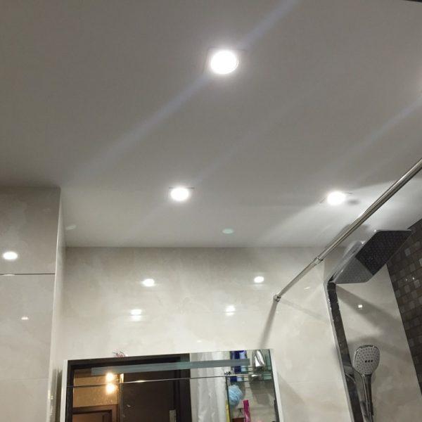 Натяжной потолок в ванной стоимость от производителя Ремонтофф. Натяжные потолки в Томске под ключ.